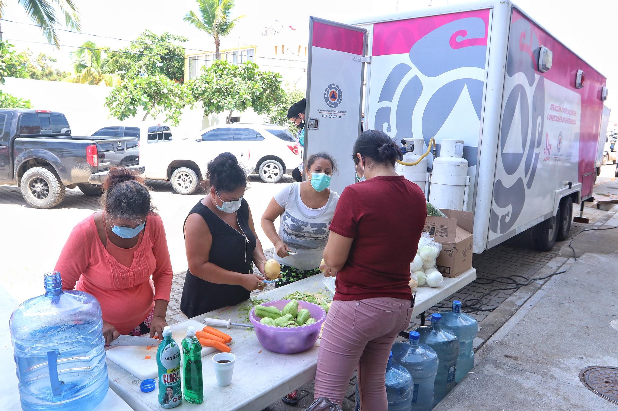 Entrega de alimentos de la cocina móvil a damnificados