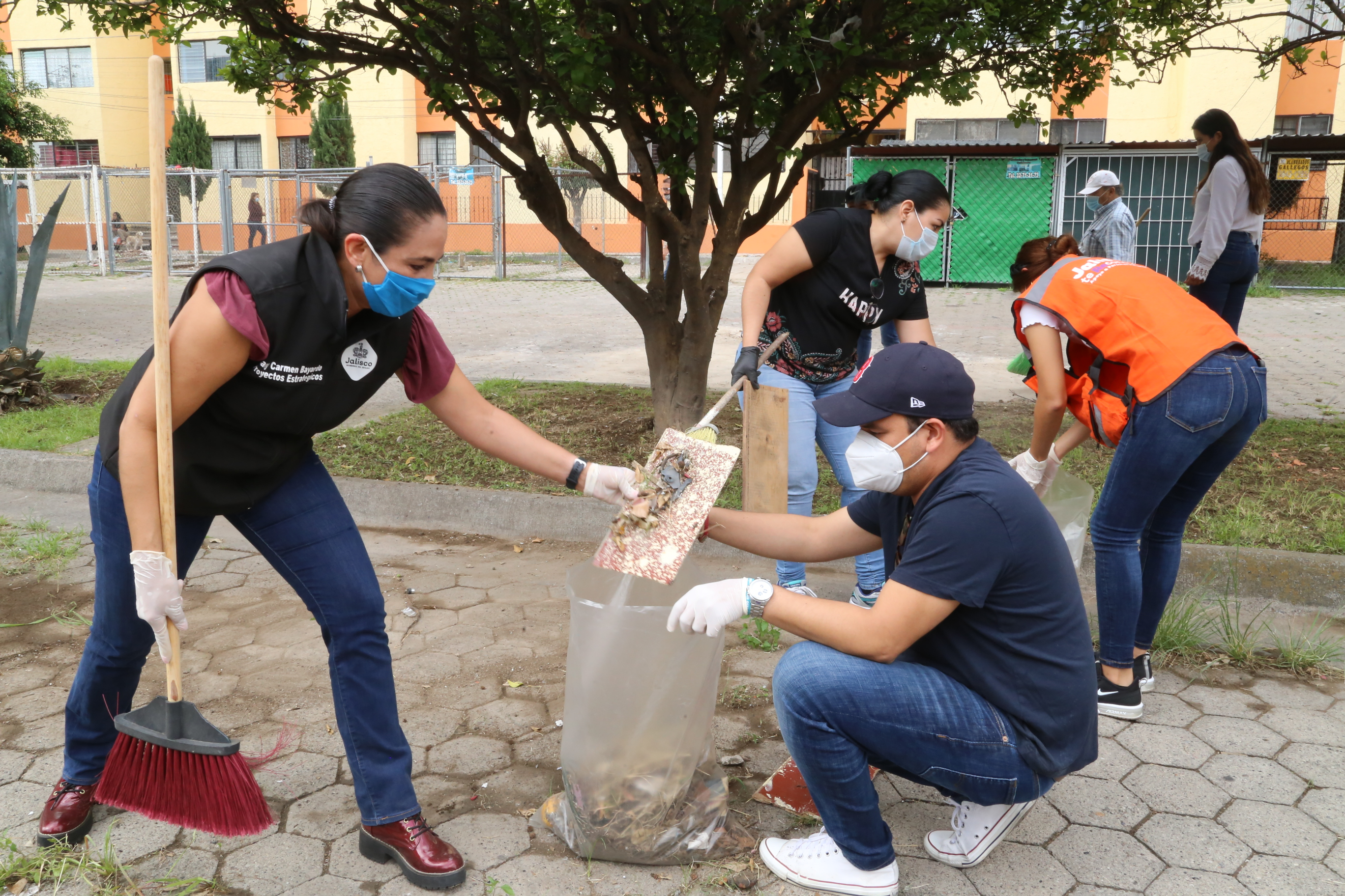Vecinos de El Sauz en trabajos de limpieza