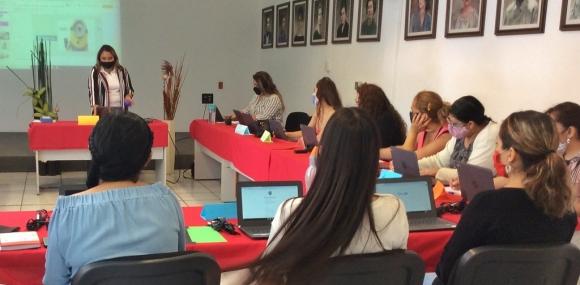 Personal de los CADIs recibiendo capacitación de Google para la educación