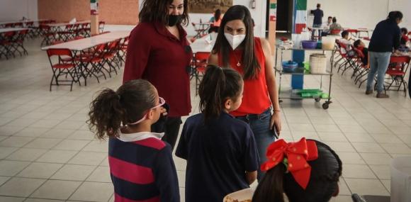 Las titulares de Cien Corazones y Casa Hogar Cabañas platican con niñas albergadas