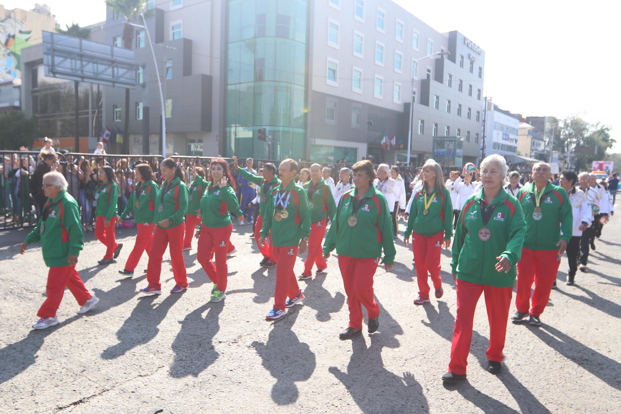 Contingente de deportistas adultos mayores en desfile por Aniversario de la Revolución Mexicana.