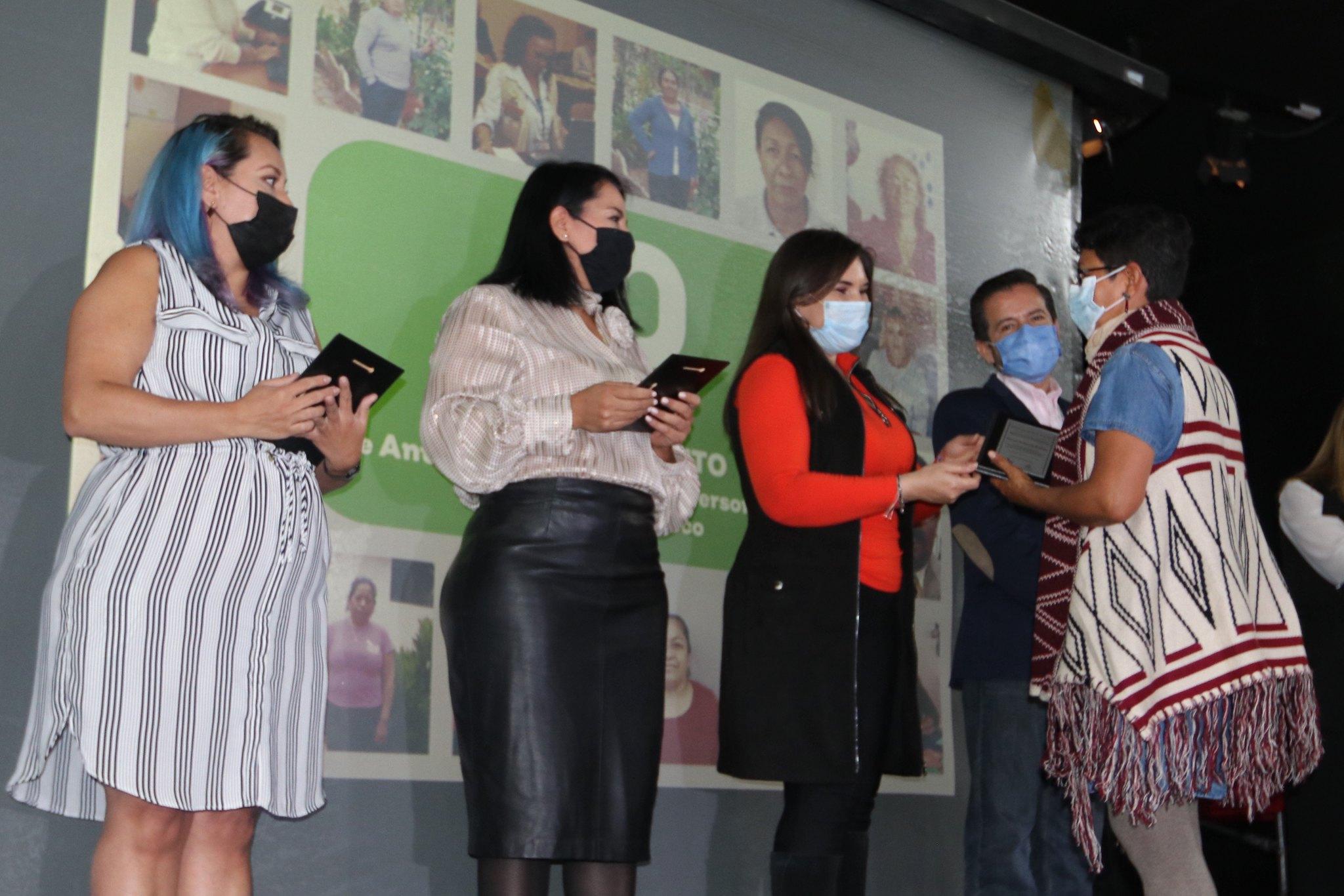 Personal de DIF Jalisco recibiendo reconocimientos