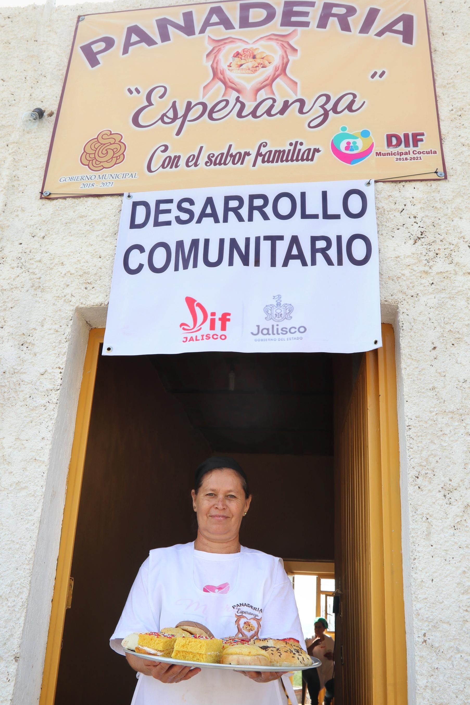 Señora muestra su  producto (pan) elaborado gracias al apoyo de desarrollo Comunitario de DIF Jalisco