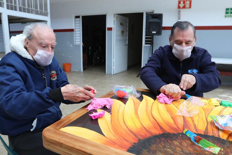 Adultos mayores realizando manualidades en el asilo Leónidas K. Demos