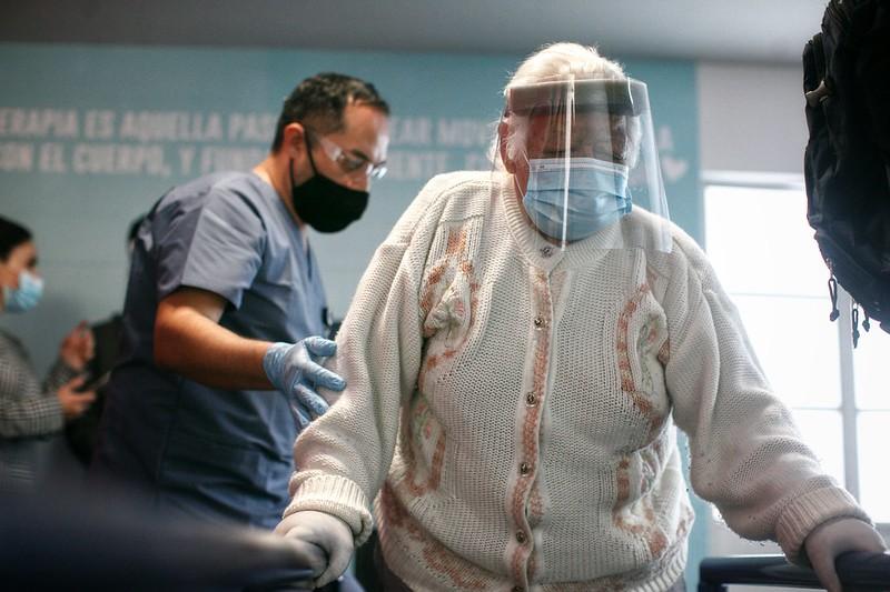 Adultos mayores del asilo Leónidas K. Demos reciben terapias físicas en el nuevo gimnasio
