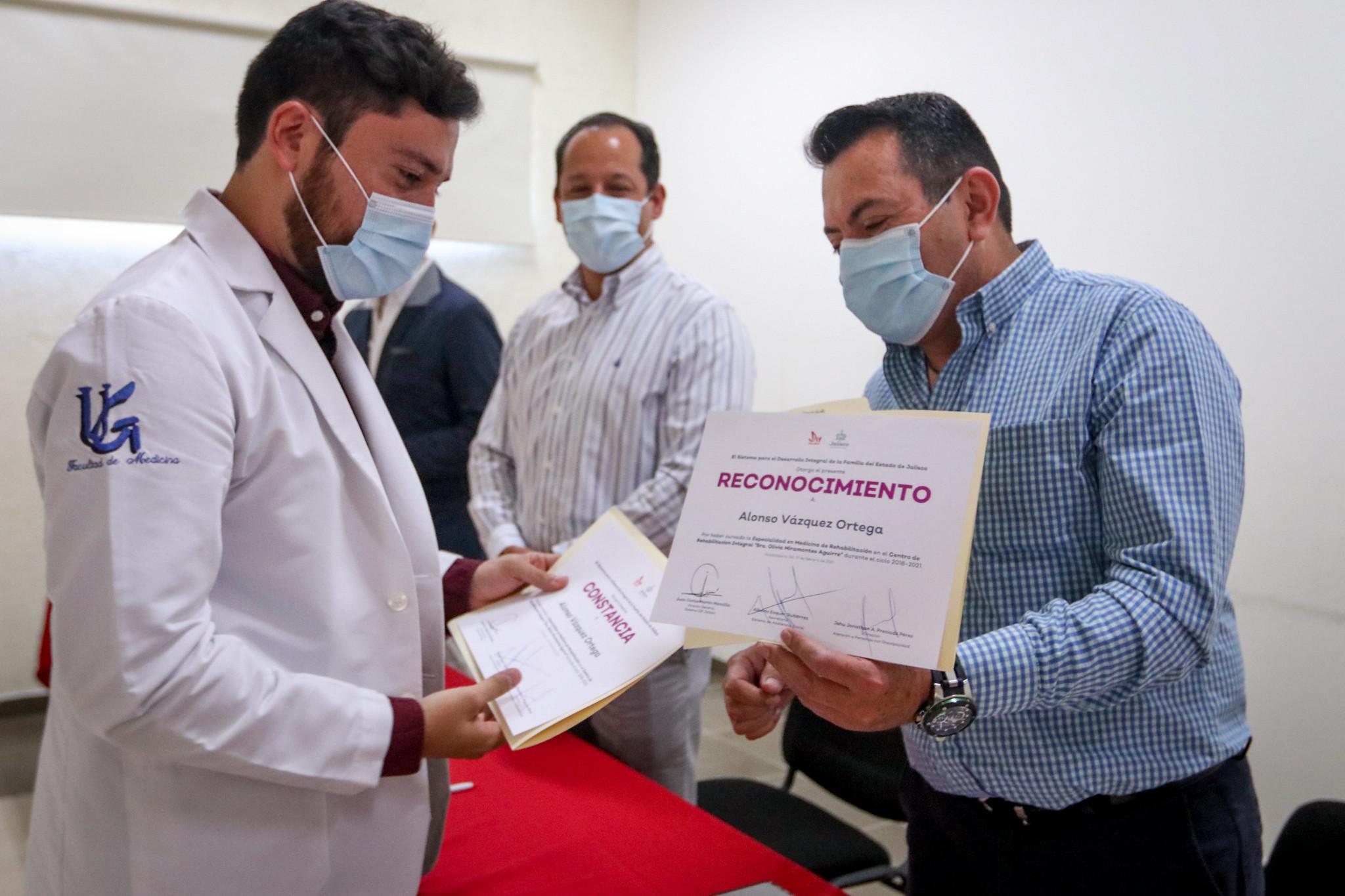 Cuatro médicos concluyeron especialidad en Medicina de Rehabilitación en el CRI de DIF Jalisco.