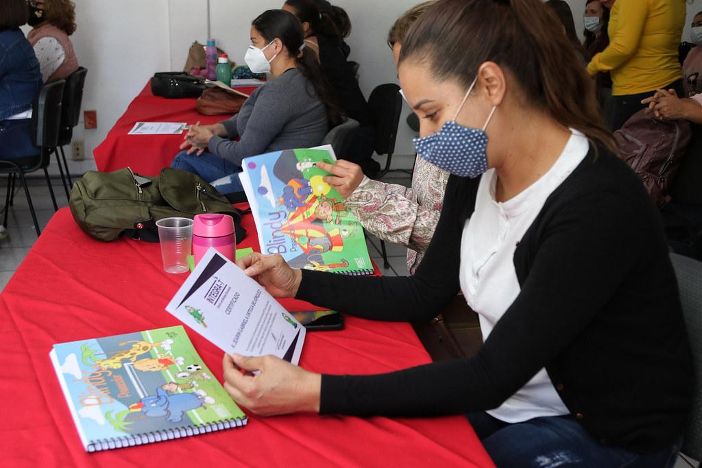 Mujer en capacitación leyendo un libro