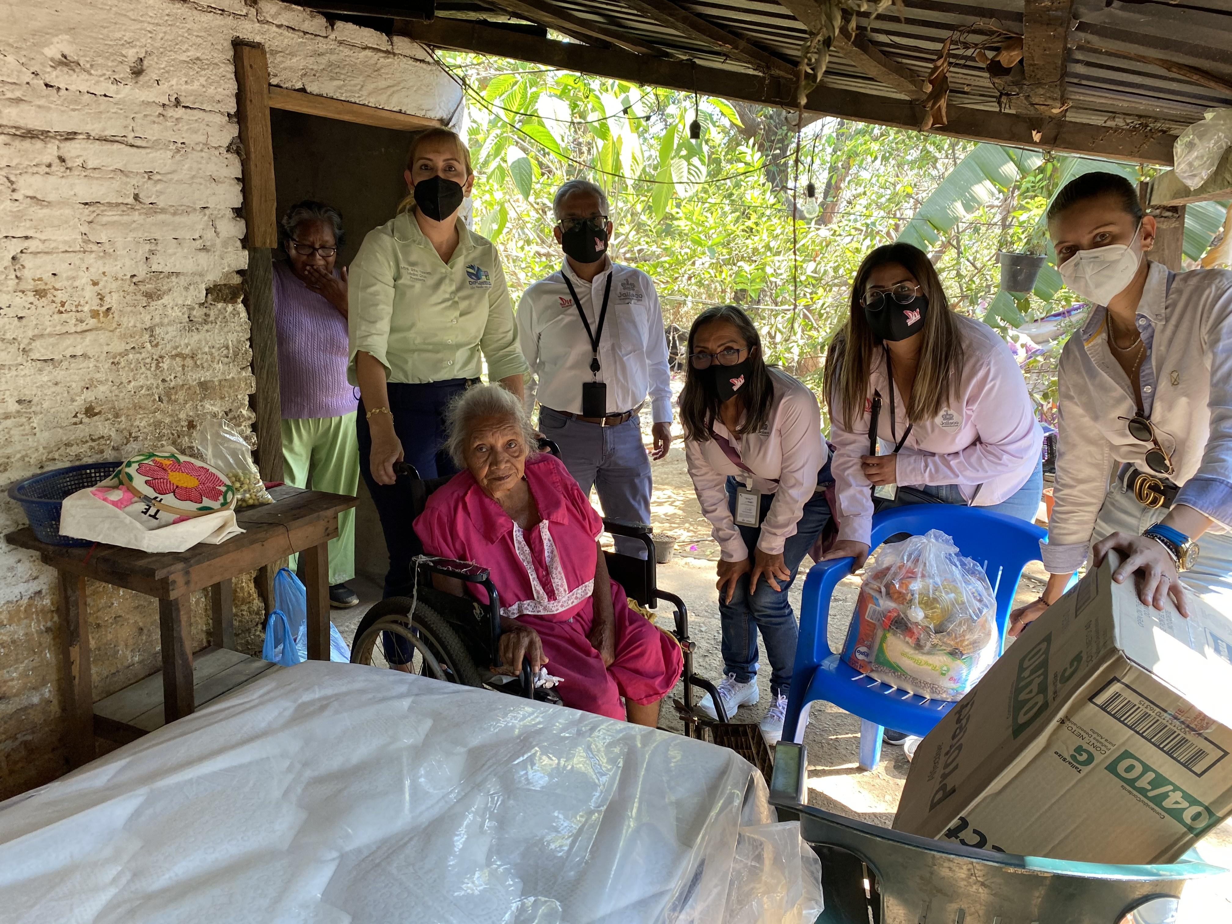 Personas de comunidad de Cuautitlán de García Barragánrecibiendo apoyos alimentarios en su domicilio