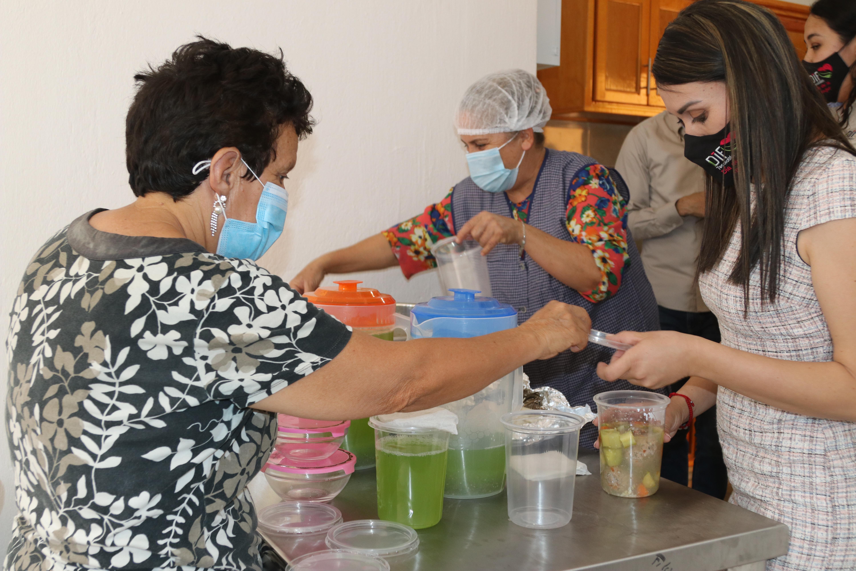 persona adulta mayore recibe apoyo alimentario en nuevo comedor comunitario de la delegación  Ayotitlán, municipio de Tecolotlán