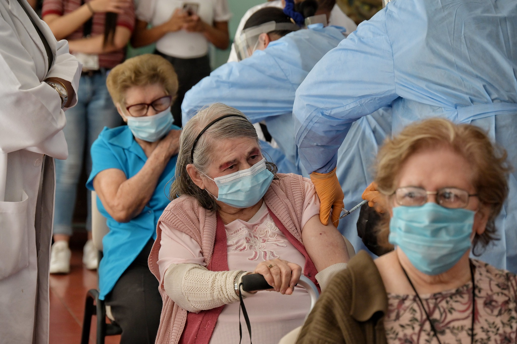 Vacunación contra COVID-19 en casas de descanso para adultos mayores de DIF Jalisco.
