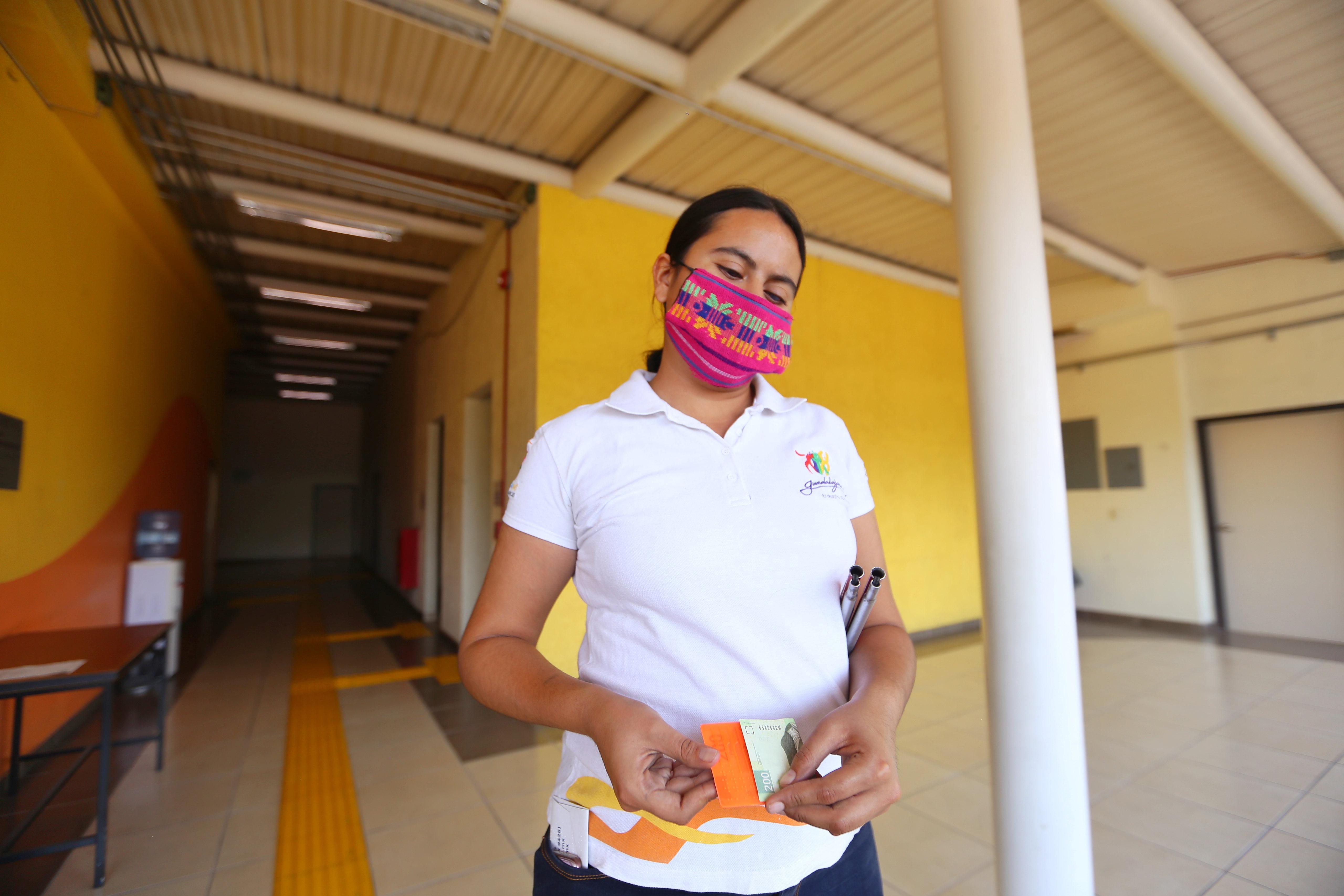 DIF Jalisco distribuirá entre personas con discapacidad visual un 900 tablillas para identificar billetes, donadas por BANXICO.