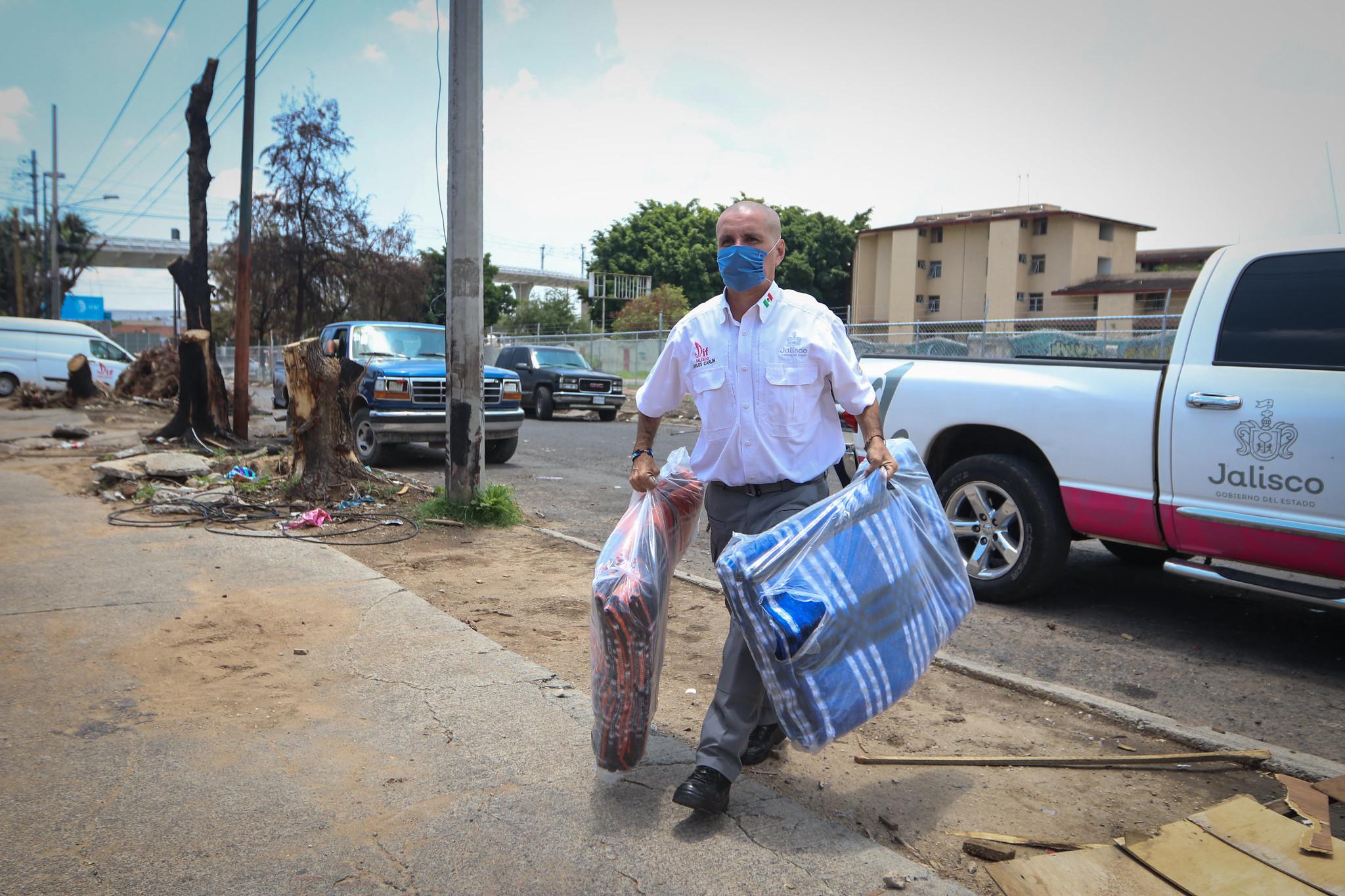 La distribución de prendas abrigadoras es parte de las acciones del Plan Asistencial de Invierno 2020-2021, implementado por el Sistema DIF Jalisco.
