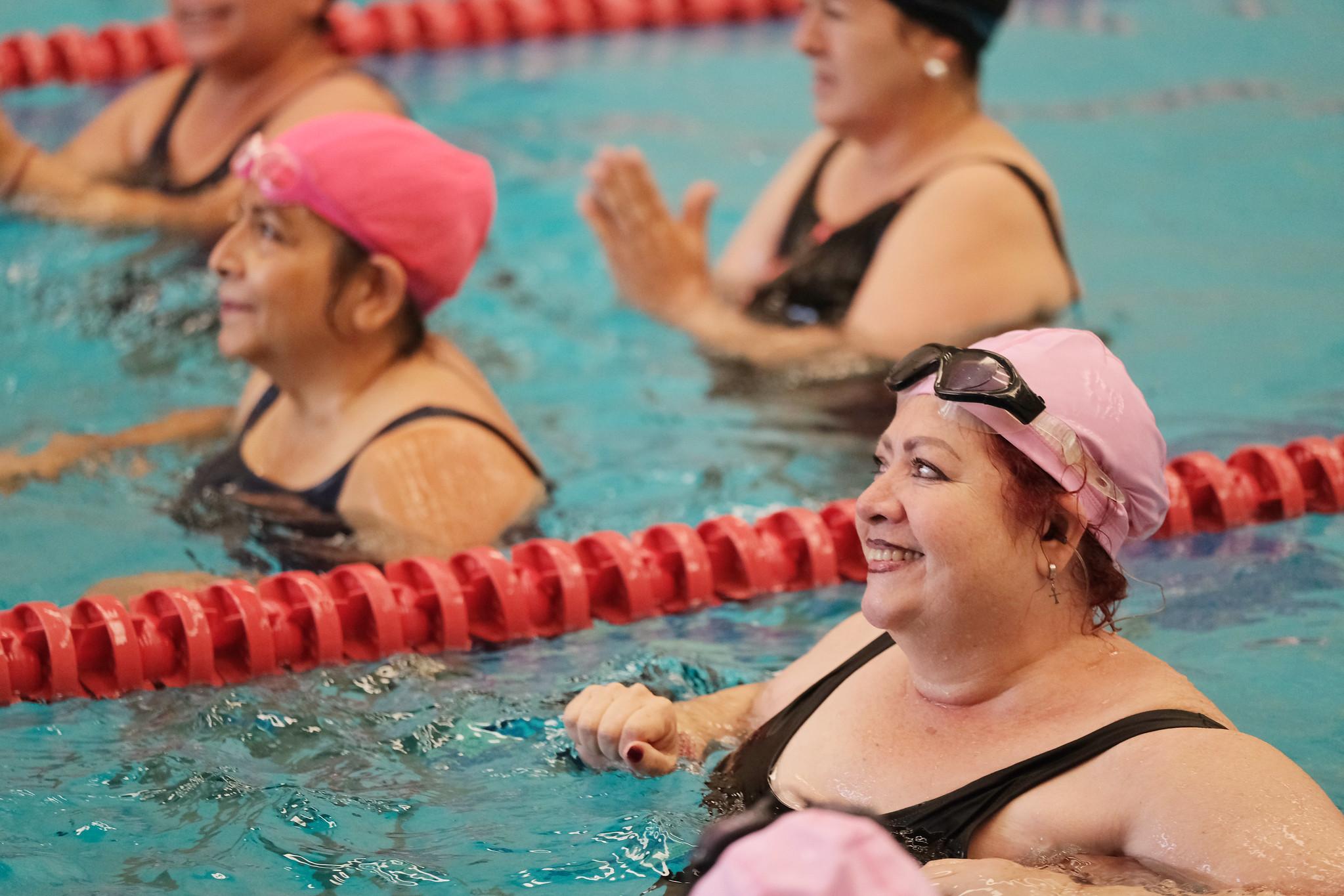 """Mujeres con linfedema a consecuencia del cáncer de mama, reciben rehabilitación acuática en el proyecto """"Carril Rosa""""."""