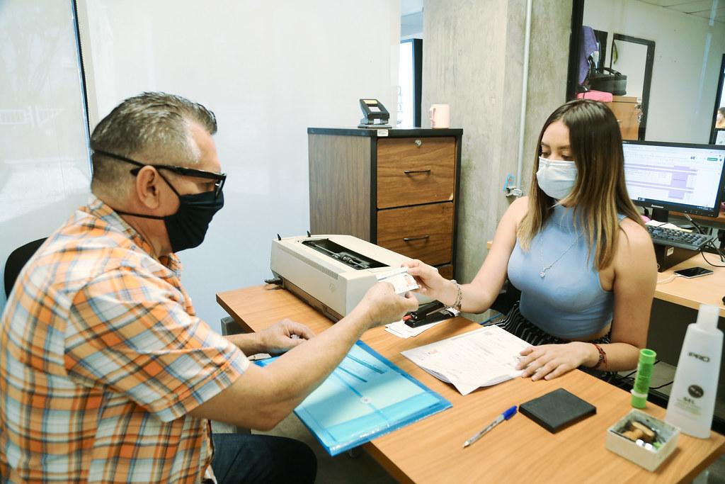 persona Adulta Mayor recibiendo su credencial INAPAM