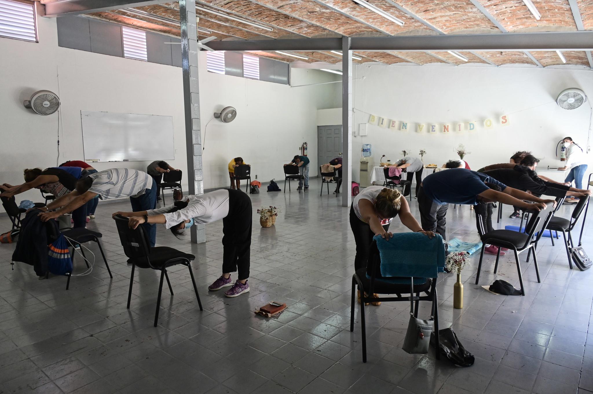 """Familiares de personas desaparecidas participan en taller psico-corporal como parte del Programa """"Acompañar la Ausencia""""."""