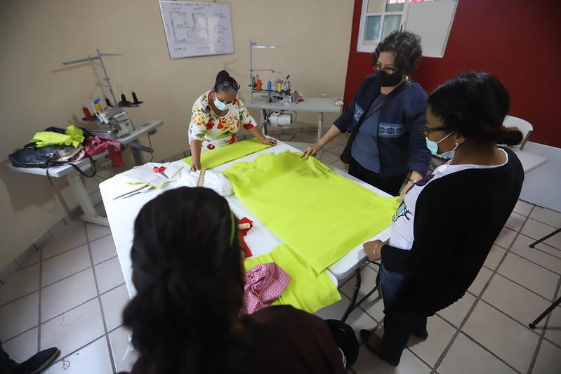 Taller de Costura, uno de los proyectos productivos que DIF Jalisco promueve en los 323 grupos de desarrollo comunitario en nuestra entidad.