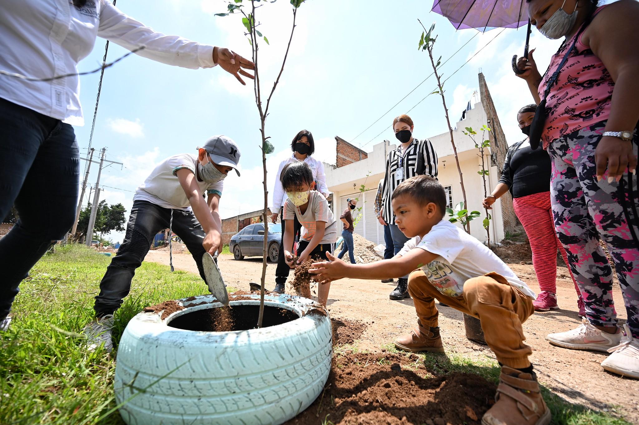 Niñas, niños y adolescentes de La Cofradía siembran árboles para crear comunidad.