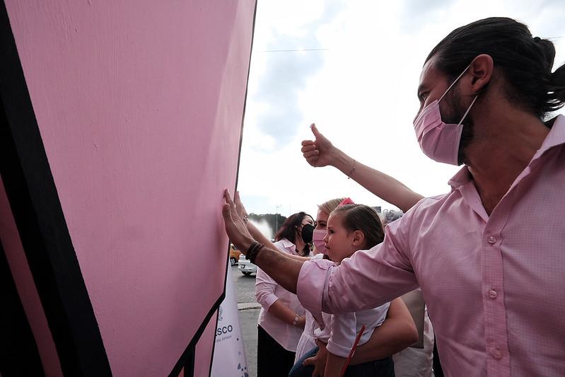 Intervención de escultura en conmemoración de la lucha contra el cáncer de mama
