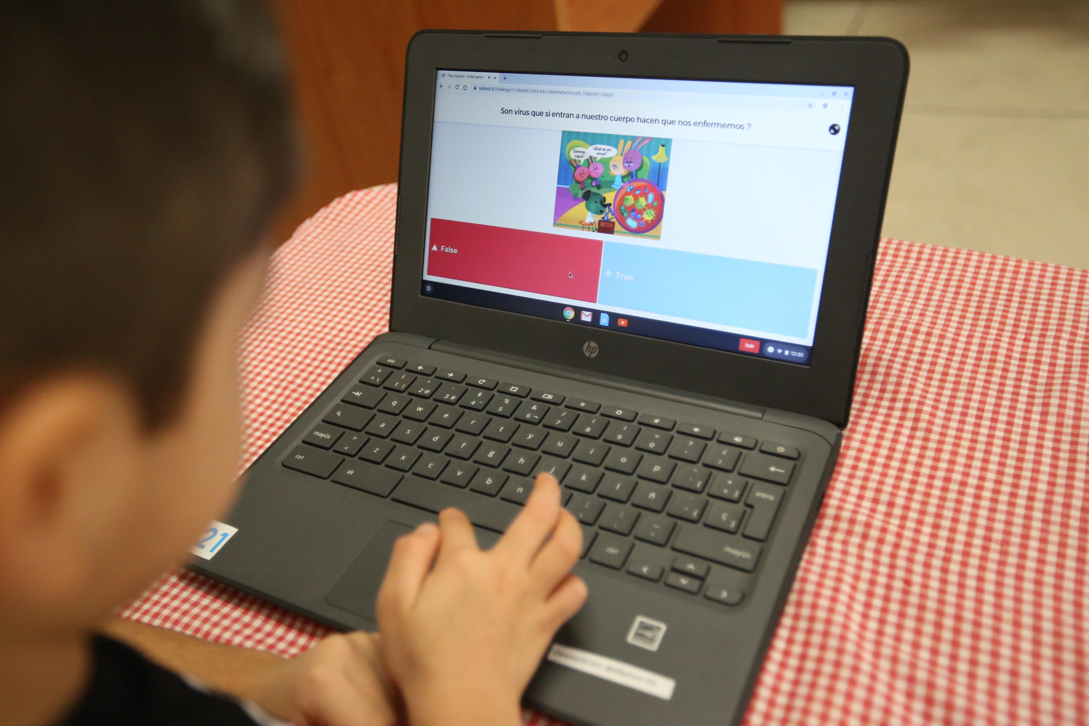 Niño con computadora realizando actividad