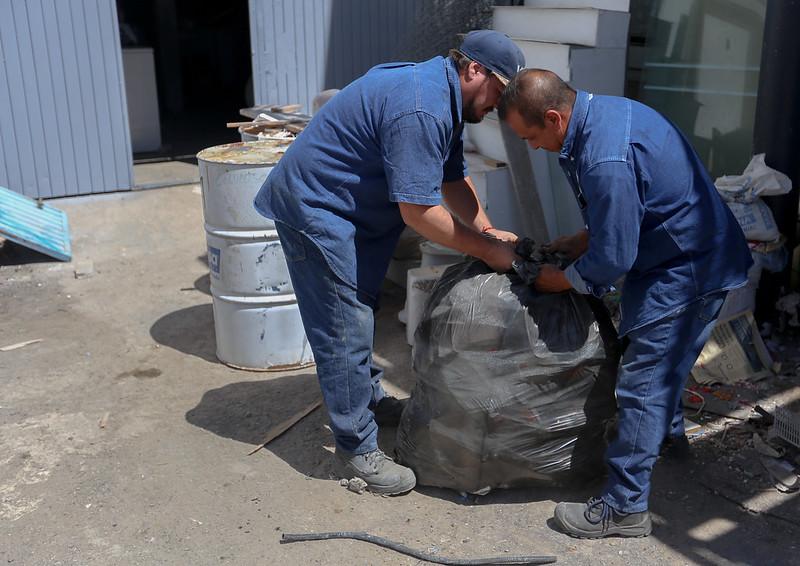 Empleados DIF Jalisco limpiando posibles criaderos de dengue